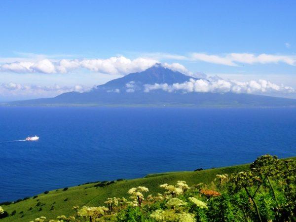礼文島から見た利尻富士キャンピングカーでキャラバン