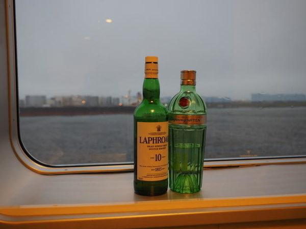 太平洋フェリー「いしかり」1等3~4人部屋の窓際に置いたラフロイグとタンカレーのボトル