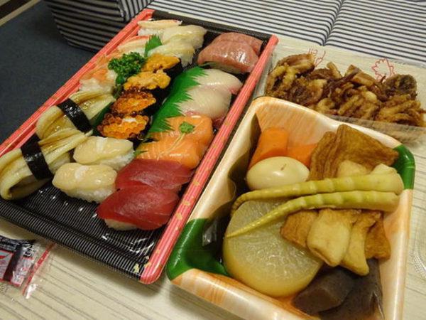 太平洋フェリーいしかりの個室で宴会、寿司や煮しめ、ゲソ天などを持ち込み