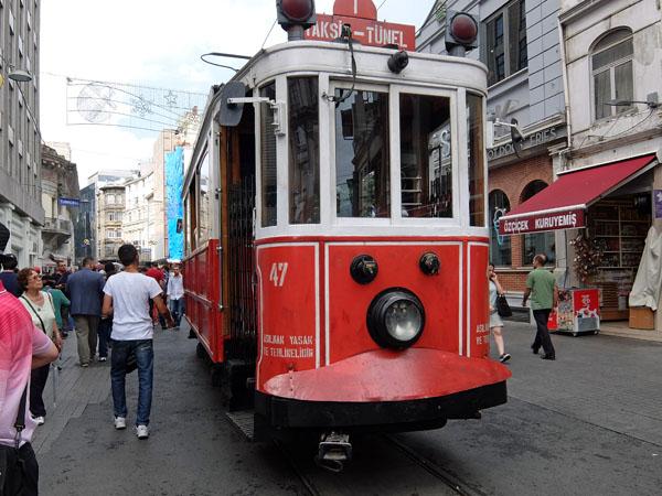 イスタンブールの旧市街を走る路面電車