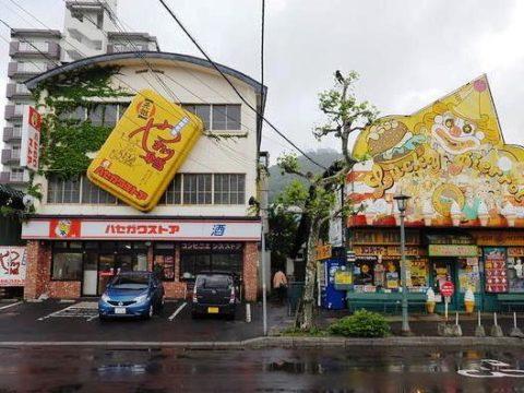 函館ハセガワストア、ベイエリア店はラッキーピエロの隣