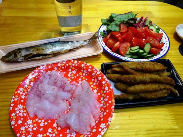 ある日の夕食メニュー。大平、カレイの刺身、じゃがいも焼酎清里