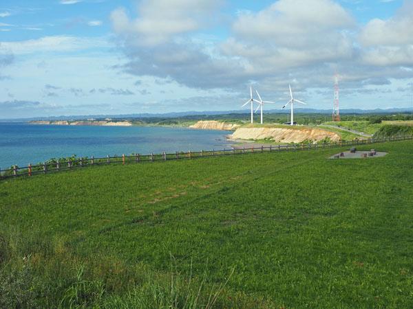 道の駅ふWとままえからの風景、キャンプ場と風力発電