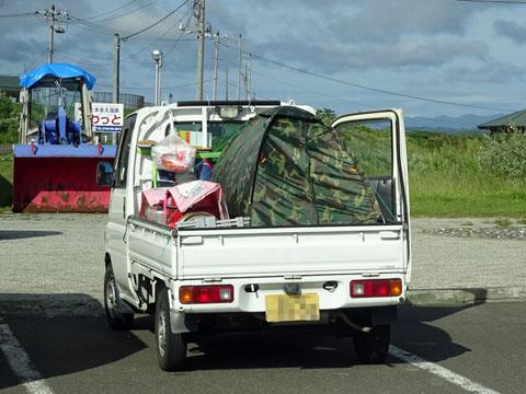 北海道道の駅とままえで会った軽トラ・キャンパー、軽の荷台にテント