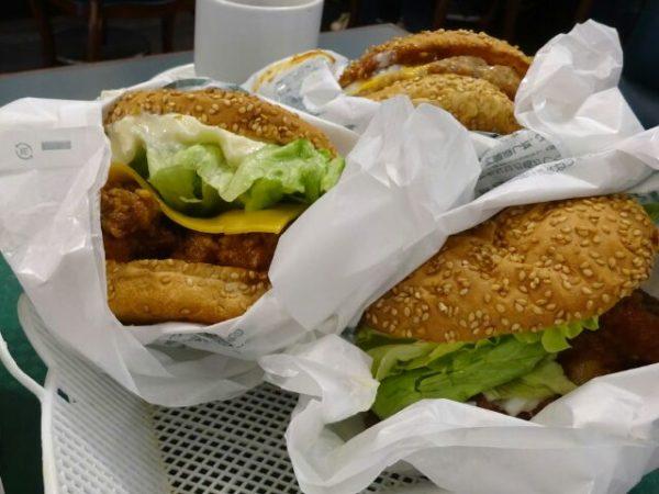 ラッキーピエロでハンバーガーを3個食べる
