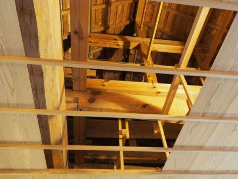 五稜郭箱館奉行所の屋根裏、太い梁が見える