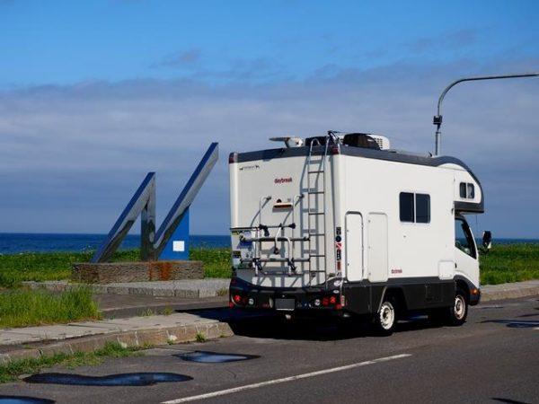 北海道幌延北緯45度モニュメントとキャンピングカーデイブレイク