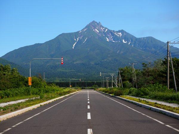 利尻空港へ続く直線道路からみた利尻山、利尻富士の画像