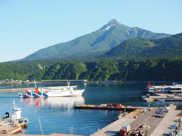 ペシ岬から見た利尻富士と鴛泊港に入港するハートランドフェリー