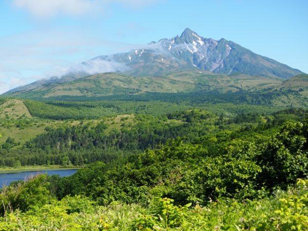 利尻富士、手前はオタトマリ沼。白い恋人の丘展望台から