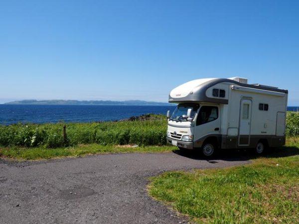礼文島をバックにキャンピングカーデイブレイクを撮影。北海道利尻島