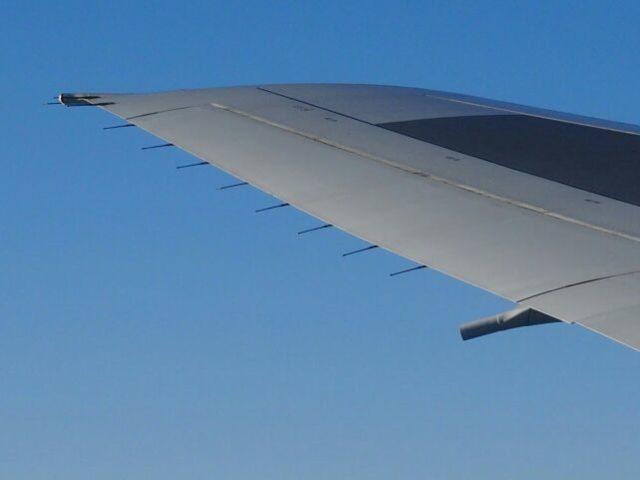 ANA便で撮影したB777-200の主翼端スタティック・ディスチャージャー(放電索)の画像
