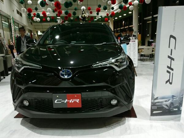 ディーラーに展示されているトヨタC-HR