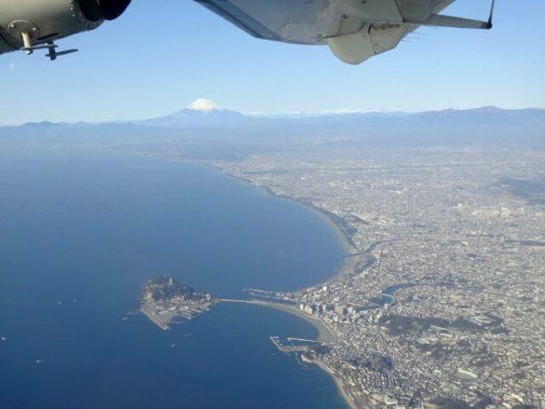 新中央航空のドルニエから撮影した江の島と富士山の画像