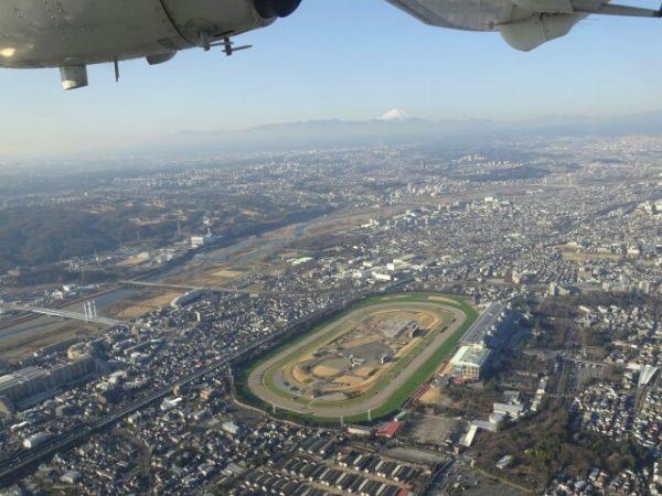 調布ー大島線の飛行機から眺める府中競馬場