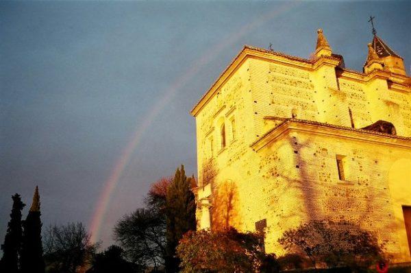グラナダの教会に虹がかかっている
