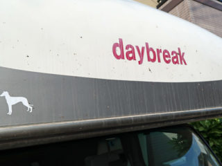 daybreakのロゴでカールを撤去
