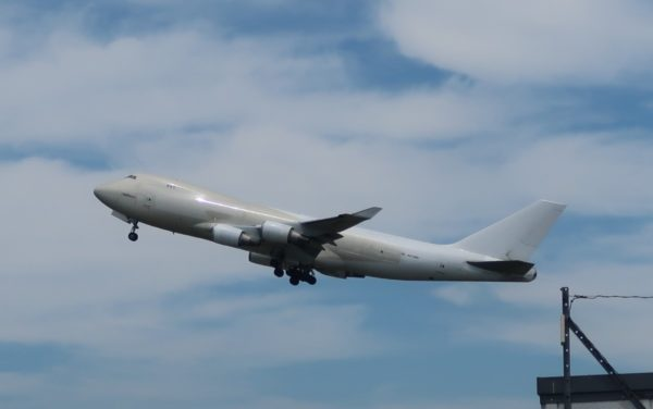 鹿児島空港を離陸するB747貨物