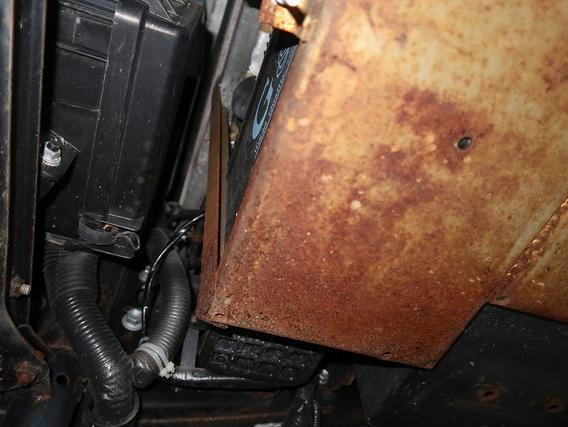 キャンピングカーデイブレイクのサブバッテリー台が錆び