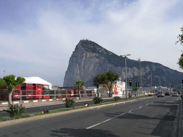 ジブラルタルロックと赤いイギリス2階建てバス
