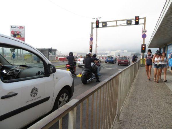 ジブラルタル空港の滑走路にある信号