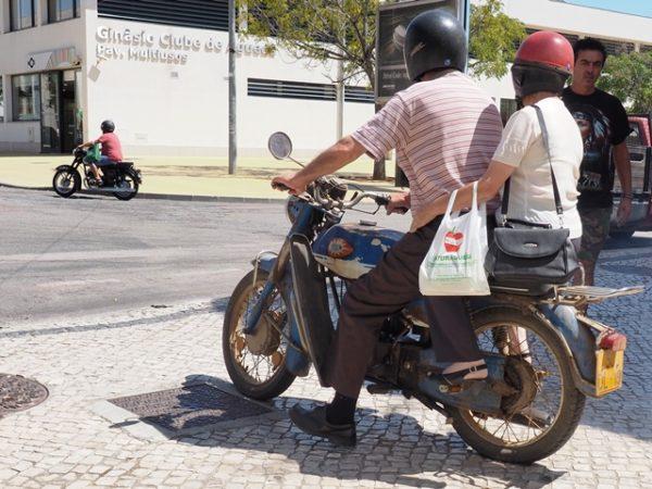 ポルトガル、ポルトで撮影した古いバイクでタンデムする老夫婦