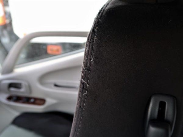 キャンピングカーの運転席レカロシートの爪とぎ状況