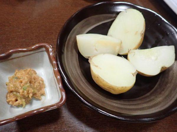 小菅の湯お食事処、清太のネギ味噌添え(なぜかゆでたジャガイモを清太というらしい)
