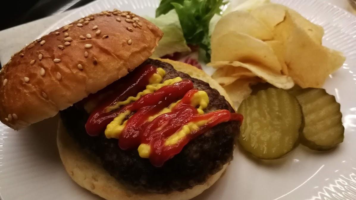 羽田空港国際線ANAスイートラウンジで食べたハンバーガーの画像