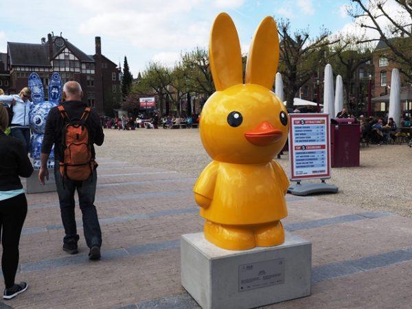 アムステルダムの公園黄色いアヒルうさぎ