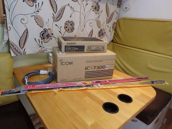 キャンピングカーデイブレイクのダイネットに置いた無線機IC-7300,F2