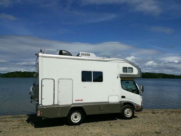 北海道朱鞠内湖、湖畔に停めたキャンピングカー、デイブレイク