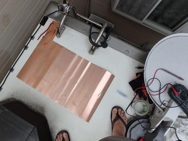 キャンピングカーのルーフに銅板を貼りアンテナアース、静電容量アップ