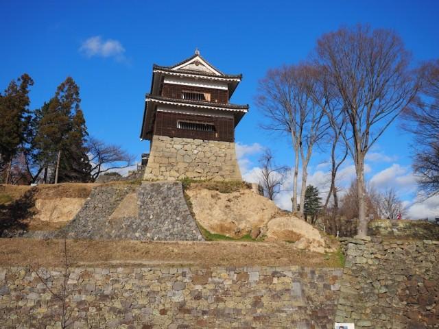 石垣の一部が崩れた櫓。上田城跡にて