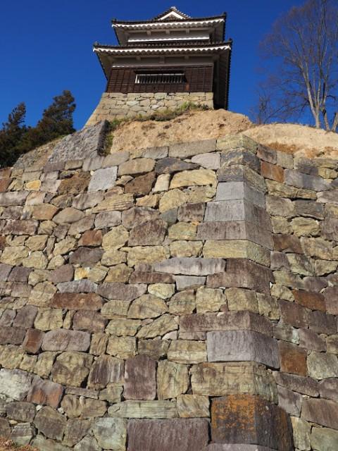 下から見上げた石垣。隙がない上田城