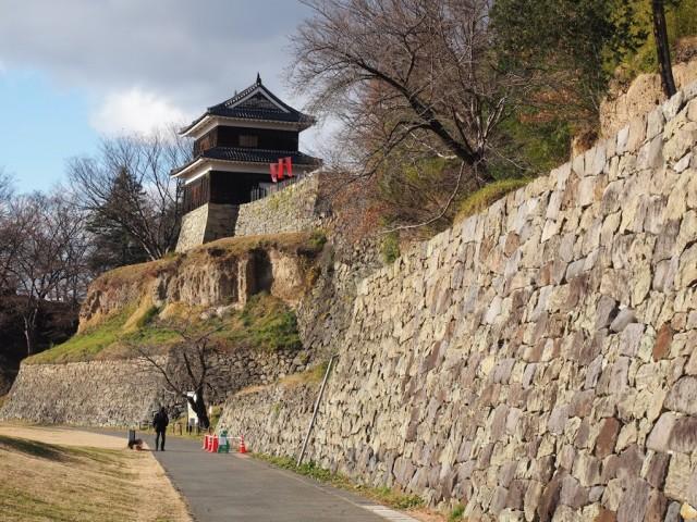 河岸段丘に作られたのがよくわかる上田城公園側