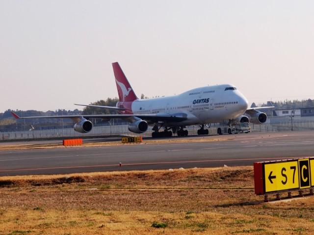 成田空港の滑走路に進入するカンタス航空B747-400