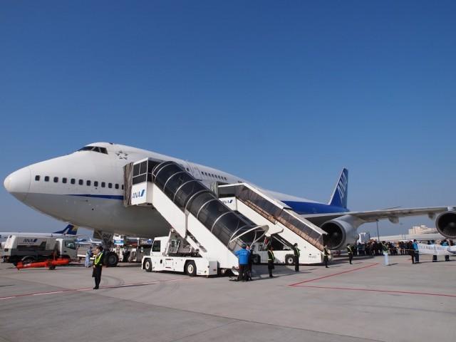 搭乗前に機体の撮影会。成田空港の滑走路横にて。ANAのB747退役記念チャーターフライト